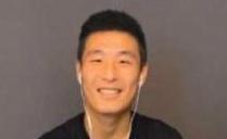 武磊采訪背後曝光 礦泉水瓶和紙巾做手機支架