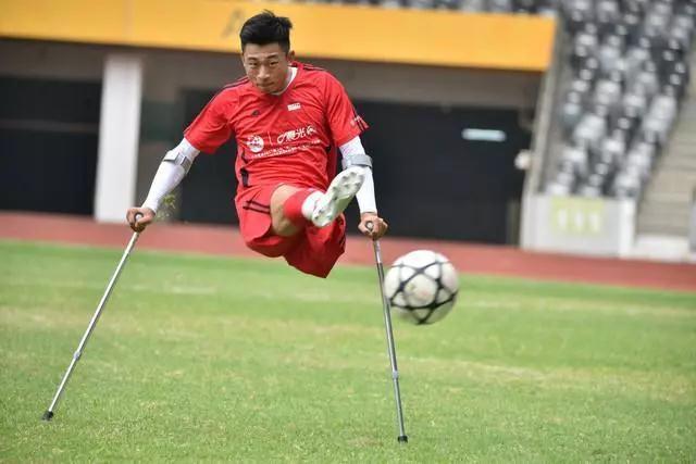 獨腿&quot球王&quot何憶義 對足球的愛已深入骨髓